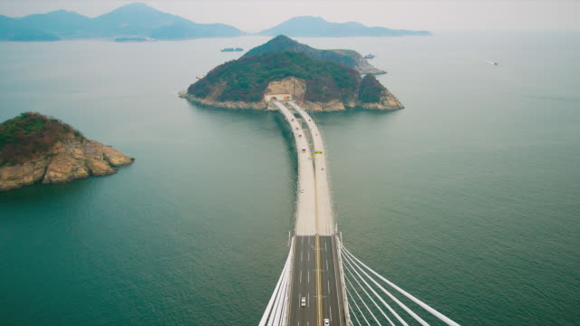 vídeos de stock, filmes e b-roll de ws t/l view of geoga grand bridge and traffic moving on bridge / geojedo, gyeongsangnamdo, south korea - time lapse de trânsito