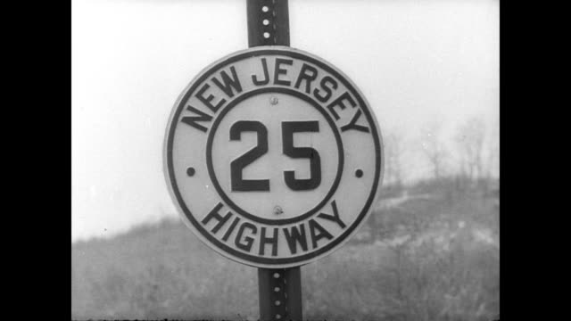 / view of george washington bridge / cu highway sign that reads 'new jersey highway 25' george washington bridge and highway 25 on january 01 1946 in... - 1946年点の映像素材/bロール