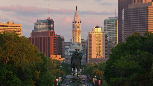 t/l view of george washington monument at eakins oval with urban skyline in background / philadelphia, pennsylvania, usa - ジョージ・ワシントン点の映像素材/bロール