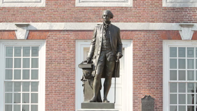 ms view of george washington statue in front of independence hall / philladelphia, pa, usa - george washington stock-videos und b-roll-filmmaterial