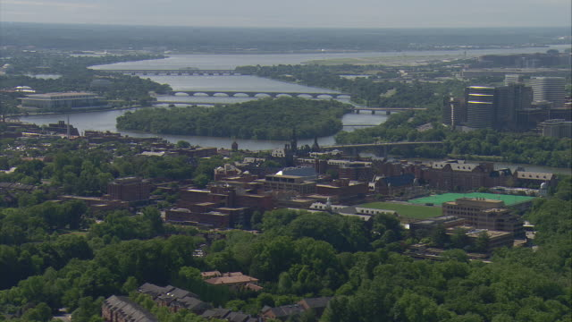 vidéos et rushes de ws aerial view of georgetown university campus with potomac river / washington, dist. of columbia, united states - georgetown washington dc