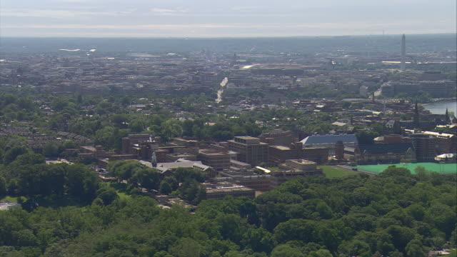 vidéos et rushes de ws aerial view of georgetown university campus with washington monument / washington, dist. of columbia, united states - georgetown washington dc