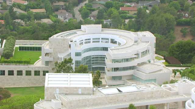 ws aerial pov view of getty research institute at getty center / los angeles, california, united states - centro di ricerca video stock e b–roll
