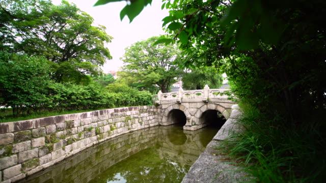 view of geumcheongyo bridge in changdeok palace (unesco world heritage site in seoul) at day - 庭点の映像素材/bロール