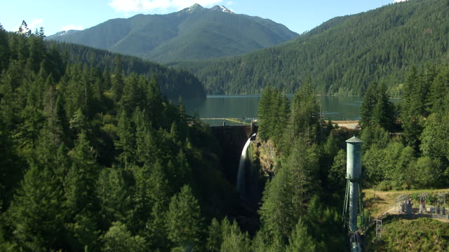 vídeos y material grabado en eventos de stock de ws aerial tu view of glines canyon dam and lake mills on elwha river / washington, united states - olympic national park