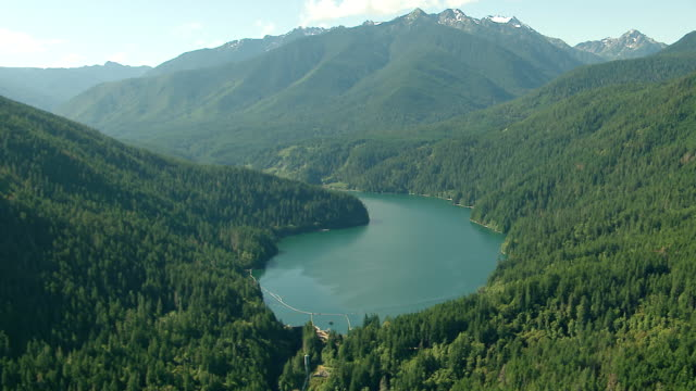 vídeos y material grabado en eventos de stock de ws aerial zi td view of glines canyon dam and lake mills / washington, united states - olympic national park