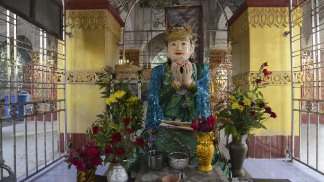 stockvideo's en b-roll-footage met ms view of god figure on an altar in mandalay hill temple / mandalay, mandalay division, myanmar - altaar