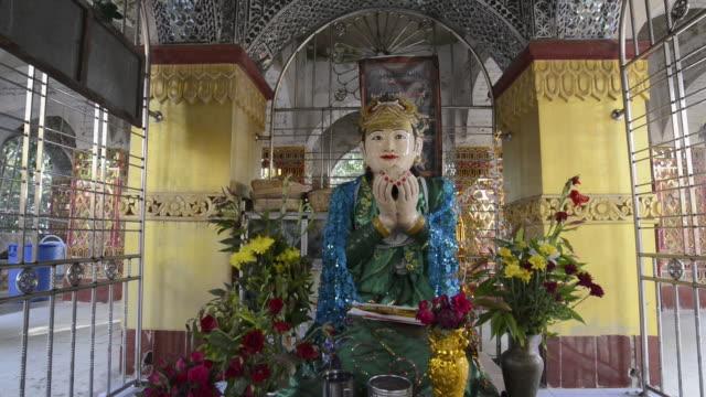 stockvideo's en b-roll-footage met ms td view of god figure on an altar in mandalay hill temple / mandalay, mandalay division, myanmar - altaar