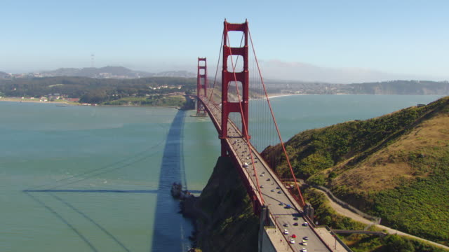 vídeos de stock, filmes e b-roll de ws aerial view of golden gate bridge with cars driving / san francisco, california, united states - golden gate bridge