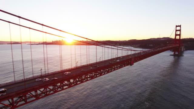 view of golden gate bridge with sunlight and traffic at sunrise - ゴールデンゲートブリッジ点の映像素材/bロール