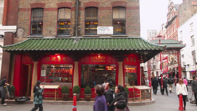 stockvideo's en b-roll-footage met ws pan view of golden pagoda in gerrard street and tourists walking, china town / london, greater london, uk   - greater london
