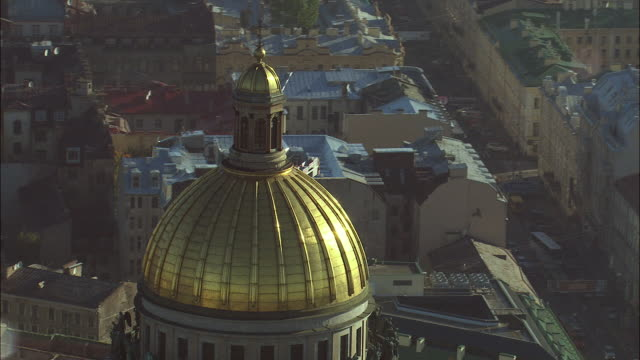 ws pov zo view of golden roof and st isaac's cathedral / saint petersburg city, saint petersburg, russia - kathedrale stock-videos und b-roll-filmmaterial
