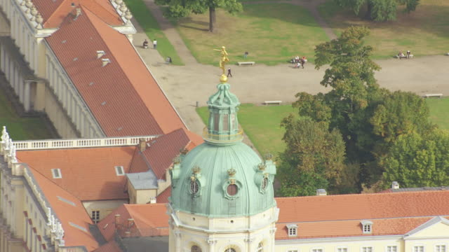 cu aerial zo view of golden statue on top to charlottenburg palace / berlin, germany - charlottenburg palace stock videos & royalty-free footage