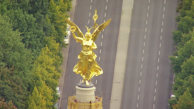 ms aerial view of golden winged victory and traffic in distance / berlin, germany - berlin stock videos & royalty-free footage