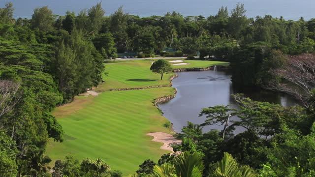 vídeos de stock, filmes e b-roll de ws view of golf course / praslin, seychelles - obstáculo de água