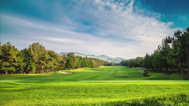 vidéos et rushes de ws t/l pan view of golf course with wide spread of prairie / jeju, jeju-do, south korea  - golf