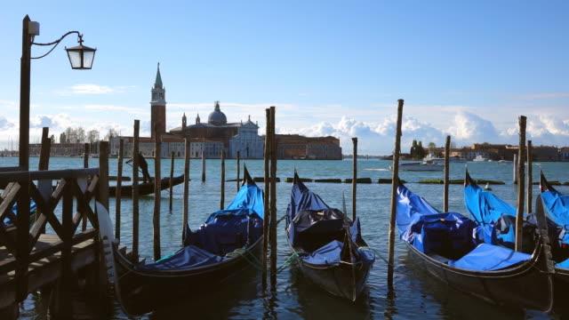 ws view of gondolas at molo riva degli schiavoni and church san giorgio maggiore / venice, veneto, italy - tornspira bildbanksvideor och videomaterial från bakom kulisserna