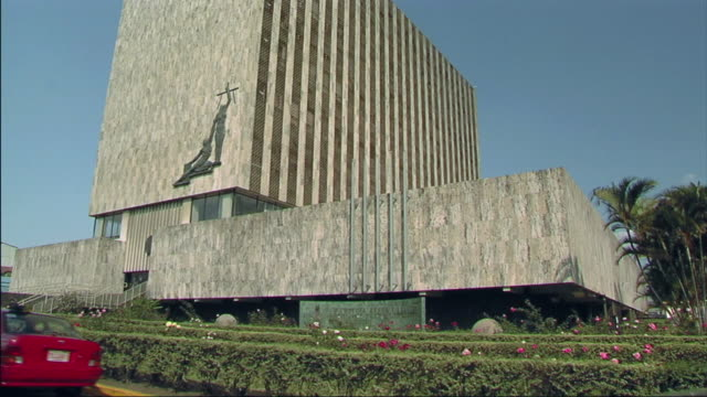 vidéos et rushes de ws view of government building and cars passing / san jose, costa rica - gouvernement