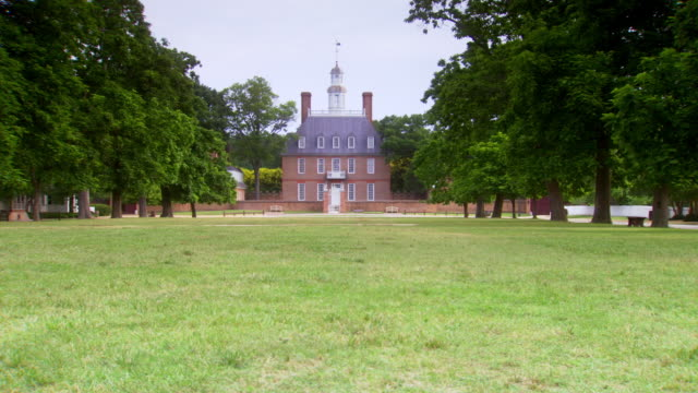 ws pan view of governors palace in colonial williamsburg / williamsburg, virginia, united states - kolonialstil stock-videos und b-roll-filmmaterial