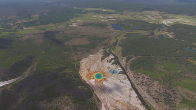 ws aerial zi ts view of grand prismatic spring in midway geyser basin located in yellowstone national park  / wyoming, united states - イエローストーン国立公園点の映像素材/bロール