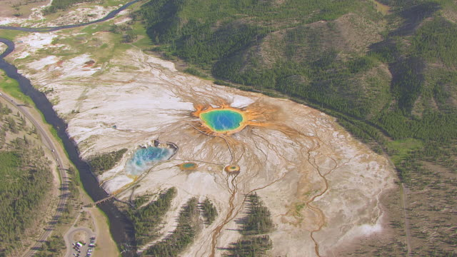 stockvideo's en b-roll-footage met ws aerialts zi view of grand prismatic spring with steam rising located in yellowstone national park / wyoming, united states - yellowstone national park