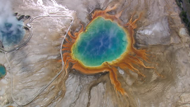 ws ds zo aerial view of grand prismatic spring / wyoming, united states - yellowstone nationalpark stock-videos und b-roll-filmmaterial