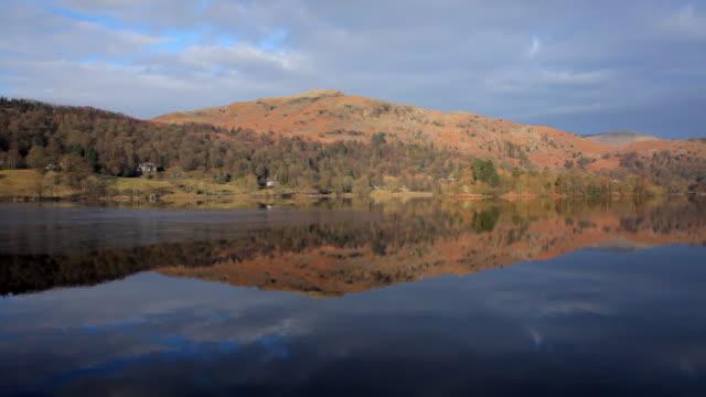 ws view of grasmere lake at dawn / grasmere, cumbria, uk - 50 sekunden oder länger stock-videos und b-roll-filmmaterial