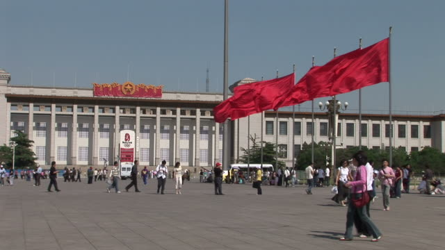 view of great hall of people in tiananmen square beijing china - 中国国家博物館点の映像素材/bロール