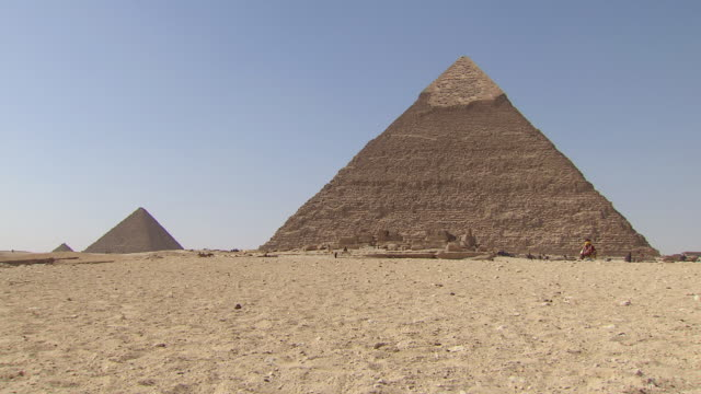 ws zi view of great pyramid of giza / giza, egypt - pyramid stock videos and b-roll footage