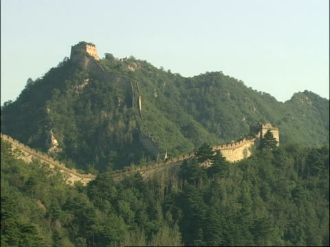 wa view of great wall of china on mountain side, mutianyu, china - mutianyu stock videos & royalty-free footage