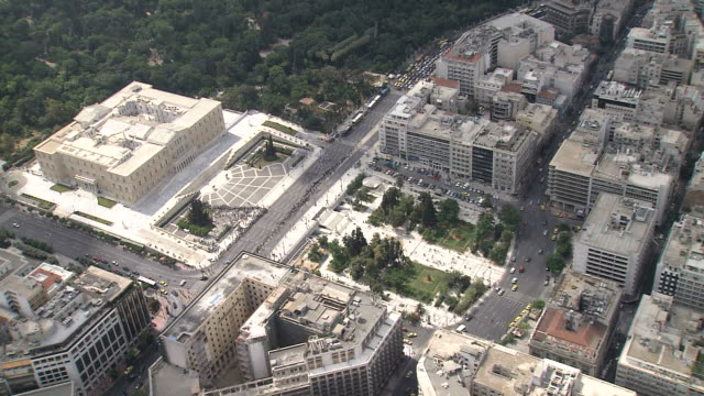 vidéos et rushes de ws aerial ds view of greek parliament with syntagma square / athens, greece - athènes