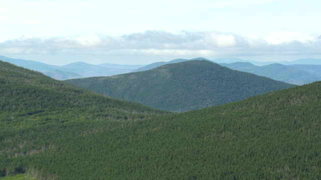 vidéos et rushes de ws arieal zi view of green peaks /maine, united states - maine