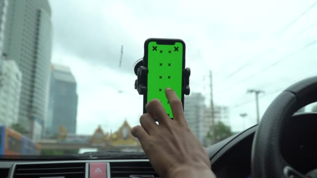 vidéos et rushes de vue du smartphone d'écran vert sur le tableau de bord - portability