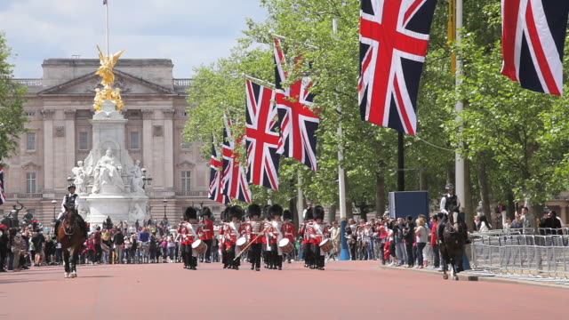 vídeos de stock, filmes e b-roll de ws view of grenadier guards band marching at buckingham palace audio / london, united kingdom - palácio de buckingham