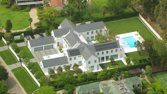 ws aerial pov view of grey mansion and swimming pool / los angeles, california, united states - herrgård bildbanksvideor och videomaterial från bakom kulisserna