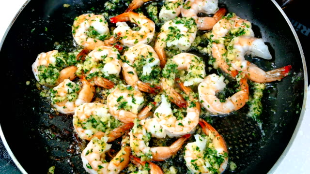 vídeos de stock e filmes b-roll de view of grilling shrimp with garlic butter sauce - camarão