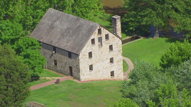 ws aerial pov view of gristmill and distillery at mount vernon / fairfax county, virginia, united states - バージニア州マウントヴァーノン点の映像素材/bロール