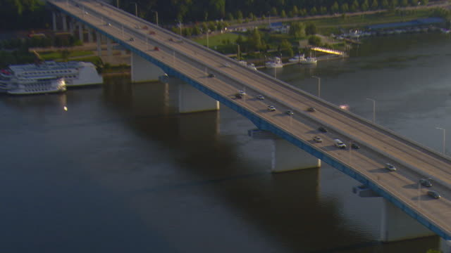 ws aerial zi view of group of cars on p r olgiati bridge crossing tennessee river / chattanooga, tennessee, united states - tennessee stock videos & royalty-free footage