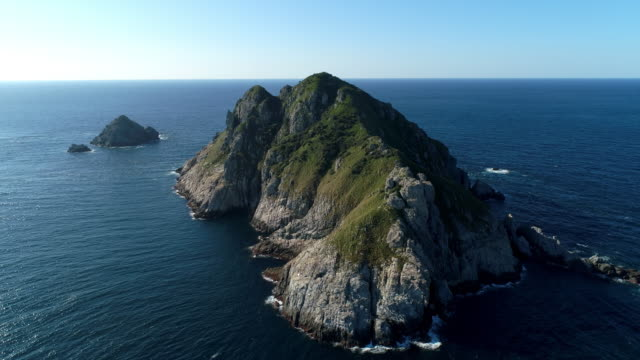 view of gugooldo island (uninhabited island) / sinan-gun, jeollanam-do, south korea - 岩肌点の映像素材/bロール