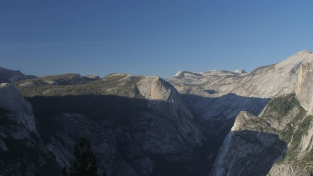 vídeos de stock, filmes e b-roll de view of half dome and visitors at glacier point at sunset, yosemite national park, unesco world heritage site, california, usa, north america - condado de mariposa