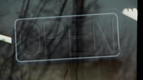 vídeos y material grabado en eventos de stock de cu view of hand turns on open sign in window / morris, illinois, usa - letrero de neón