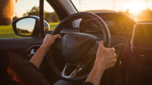 vidéos et rushes de vue des mains sur le volant pendant que vous conduisez une voiture - dedans