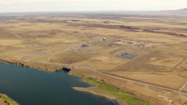 ws aerial view of hanford site nuclear production complex on columbia river / richland, washington, united states - hanford nuclear reservation video stock e b–roll