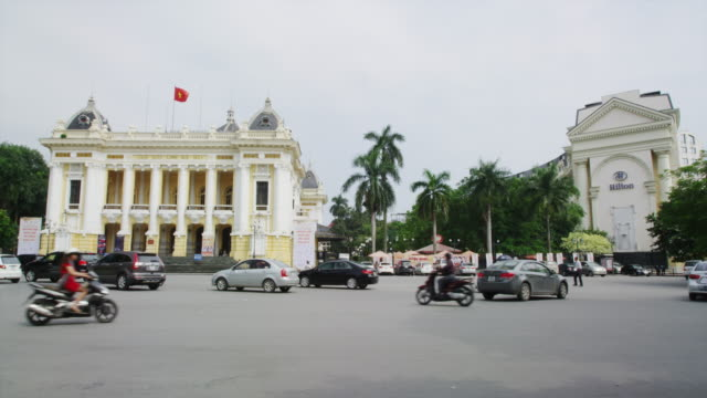 vídeos de stock, filmes e b-roll de view of hanoi hoan kiem lake district - jinriquixá puxado por bicicleta