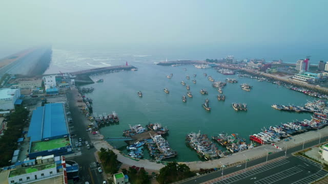 view of harbor in gunsan, jeollabuk-do at cloudy day - 突堤点の映像素材/bロール