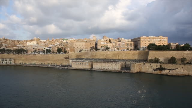 stockvideo's en b-roll-footage met view of harbour and historic port, valletta - valletta