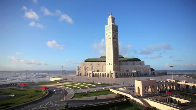 vídeos de stock e filmes b-roll de ws view of hassan ii mosque, third largest mosque in world / casablanca, morocco - ágata