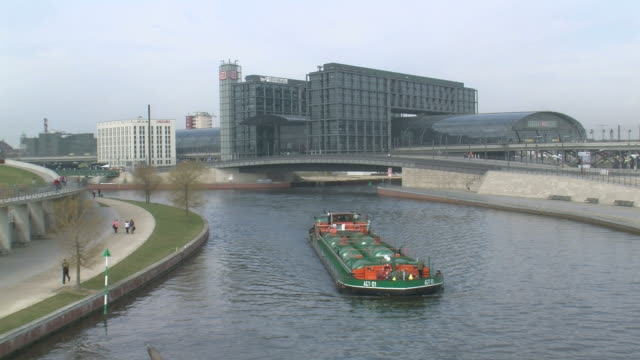 ws view of hauptbahnhof main station at river spree / berlin, germany - スプリー川点の映像素材/bロール
