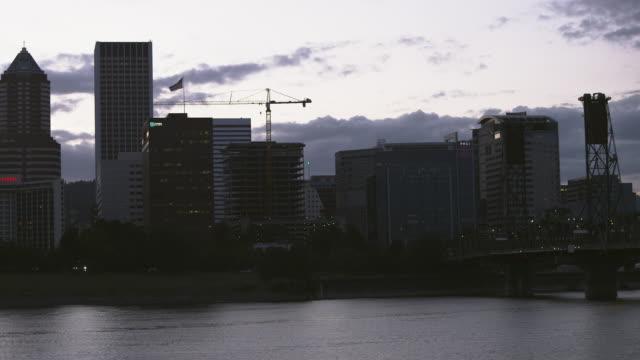 vídeos de stock e filmes b-roll de ws view of hawthorne bridge into city of portland at dusk / portland, oregon, united states  - rio willamete
