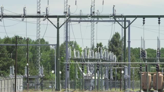 ws view of heat waves waft pass power station with electrical grid, transformers and more / beaverton, oregon, united states  - stromnetz stock-videos und b-roll-filmmaterial
